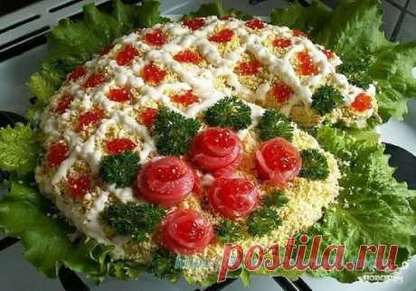 """Салат """"Новогодние огни"""" Для создания праздничного настроения предлагаю вам приготовить салат """"Новогодние огни"""". Он не только очень вкусный, но и невероятно красивый.  Ингредиенты: Семга малосоленая — 350 Грамм Луковица — 1 Штука Яйцо — 5-6 Штук Красная икра — 100 Грамм Морковь — 2-3 Штук Огурец — 2-3 Штук Листья салата — 1 Пучок Майонез — По вкусу Описание приготовления: 1. Яйца сварите вкрутую, остудите и очистите. Отделите белки от желтков.  2. Морковь вымойте и отварите до готовности.  3. Чт"""