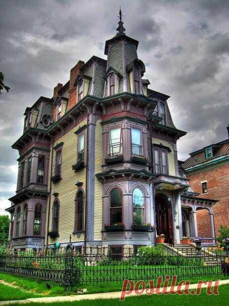 особняк Крофф расположен по адресу 4 Уиллард Плейс в Хадсон, Нью-Йорк. Дом 6,446 кв. 6,446 кв. был спроектирован в 1874 году Саратогой Спрингс, архитектором Нью-Йорка Боствиком Крофом для адвоката Фрэнка Б. Чейза и его новой семьи.