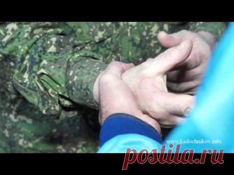 A.A.Kadochnikov explica la liberación de la toma por los pinceles de las manos - YouTube