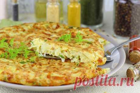 Луковый пирог с сыром на сковороде: я в восторге от этого пирога без замеса теста | ПРО красивости: косметика, кухня | Яндекс Дзен