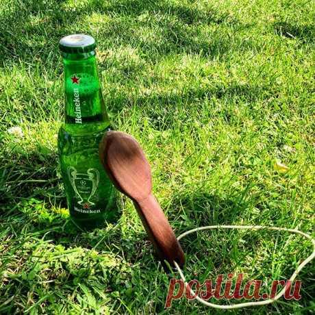 Мой третий открывалка для бутылок • Я сделал это из куска лесного ореха, винта и диска.  Это выглядит как деревянная ложка спереди.  На третьем фото (№ 3) вы можете увидеть, как открыть бутылку с ним.  • # домашний # самодельный #diy #doityouself # бутылка # открытый # открытый нож # винт # лесной орех # винт # пиво # вода #heineken