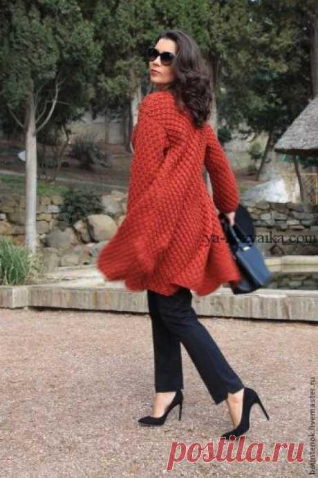 Стильное пальто спицами схемы. Пальто спицами 2019 Терракотовое пальто спицами классического А-силуэта. Пальто спицами 2019