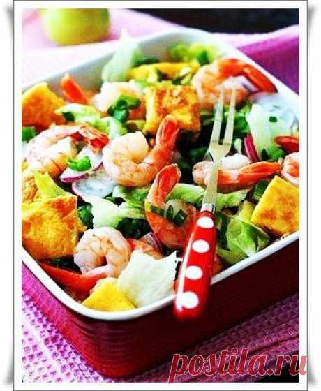 Салат с креветками и сырным омлетом .