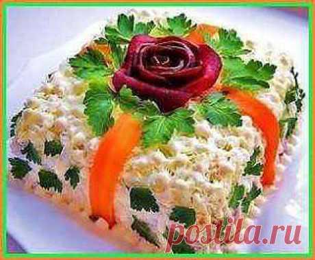 Салат из куриной грудки. Забирайте рецепт классного салатика! Для его приготовления надо: куриная грудка, грибы, помидоры, сыр, сухарики, майонез. А как вкусно приготовить смотрите дальше