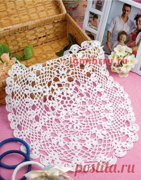 Овальная ажурная салфетка белого цвета. Вязание крючком