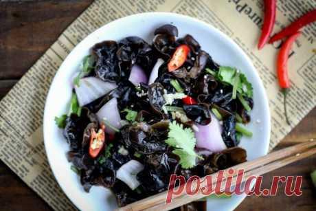 10 рецептов вкусных салатов с маринованными грибами | Статьи (Огород.ru)
