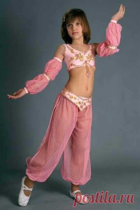 Изображение:Как сшить индийский костюм для девочки для танца шаровары ... Найдено в Google. Источник: pinterest.com.