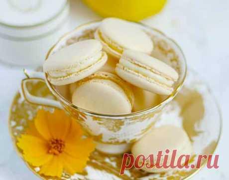Пирожное макарон с лимонным кремом