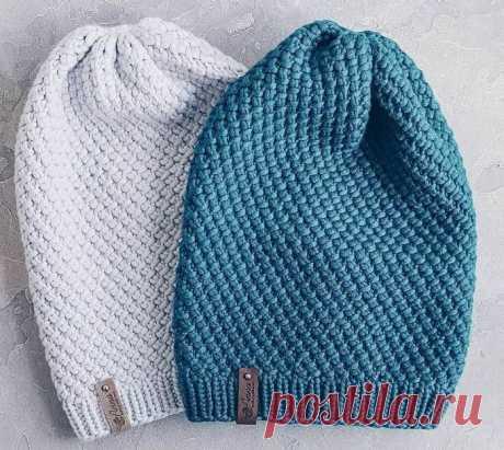 Вязаная шапка спицами закрученным узором