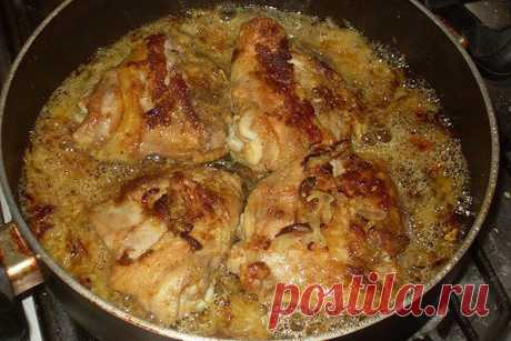 Курочка по-особому рецепту  Такая вкуснятина, что оторваться невозможно. Готовится быстро. Съедается еще быстрее!    Ингредиенты:  Курица (или ее части) — 1 кг Лук репчатый — 3 шт Пиво светлое — 1 стакан Специи (соль, перец, пр…