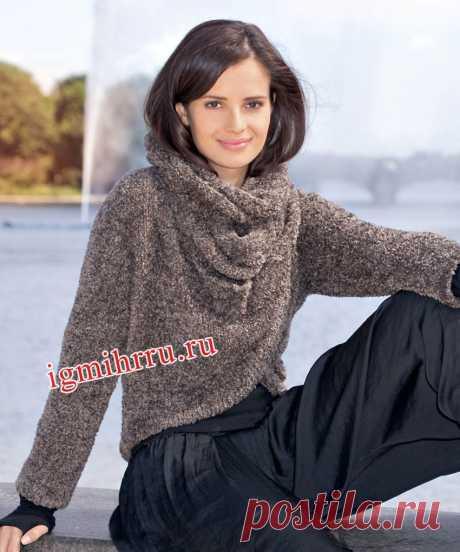 El pulóver castaño oscuro con el cuello-bufanda. La labor de punto por los rayos