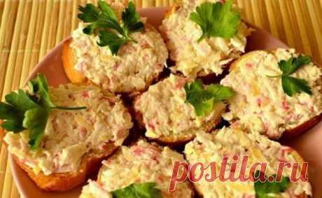 Бутерброды с крабовыми палочками и сыром Быстрее угощения не придумаешь, смело готовьте к приходу гостей!