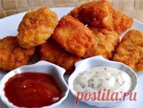 Куриные наггетсы.  Ингредиенты на 4 порции: - 2 куриные грудки (или 4 филе) - 2 яйца - 0,5 ст. молока - 1 стакан панировочных сухарей - 2 ст.л. муки - соль и приправы по вкусу  Приготовление: 1. Срезаем мясо с костей и нарезаем небольшими кусочками. 2. Каждый кусочек солим, перчим и обваливаем в муке. 3. Далее макаем во взбитые с молоком яйца и основательно обваливаем в сухарях. 4. Жарим во фритюре небольшими порциями. После обжаривания кладем наггетсы на бумажные полотенц...