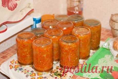 «Язычки из кабачков» кабачки – 2,2-2,3 кг помидоры – 1 кг болгарский перец – 4 шт. чеснок – 2 головки острый перец – 1 стручок масло подсолнечное – 1 ст. сахар – 1 ст. уксус – 2 ч. л. соль – 2 ст. л. Как приготовить заготовку на зиму «Язычки из кабачков»: 1. Кабачки вымыть и обсушить. С помощью острого ножа или специальной овощечистки аккуратно снять кожуру (тонким слоем). Для данного рецепта вес кабачков в очищенном виде должен составлять около 2 кг. Нарезать овощи на про...
