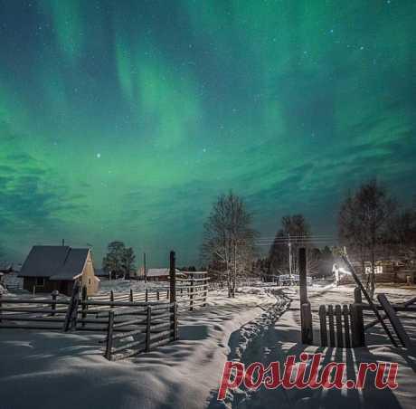 Зеленое небо над беломорской деревней. Автор фото – Евгений Говоров: Спокойной ночи и хороших выходных!