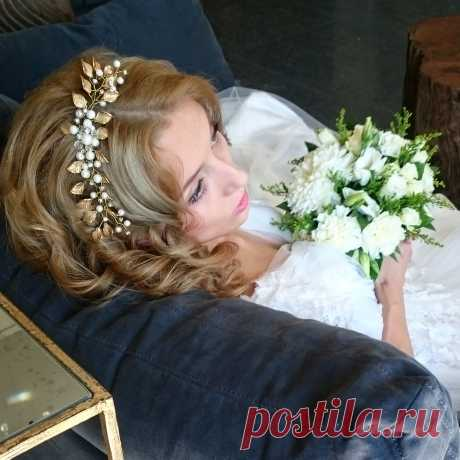 Жемчужно золотистый гребень можно носить и как тиару. Актриса и модель Алёна Кононова в образе невесты.