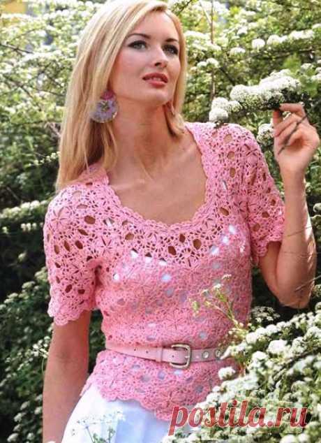 La blusa de los motivos redondos por el gancho. El esquema de la cinta hermosa por el gancho. La blusa tierna rosada de los motivos redondos por el gancho. El esquema de la cinta difícil hermosa por el gancho. Tejemos la blusa del hilado rosado por el gancho № 1,5.