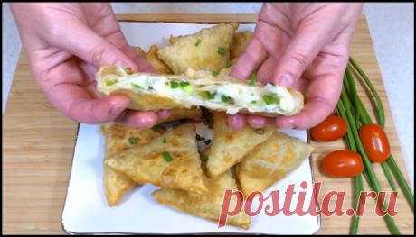Беру два плавленных сырка, зеленый лук, муку и жарю хрустящие треугольные пирожки!