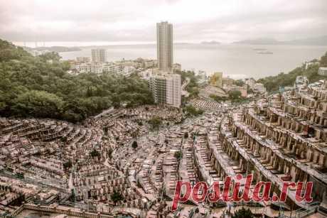 Как в Гонконге выглядят вертикальные кладбища, и почему горожане закупают на них места смолоду