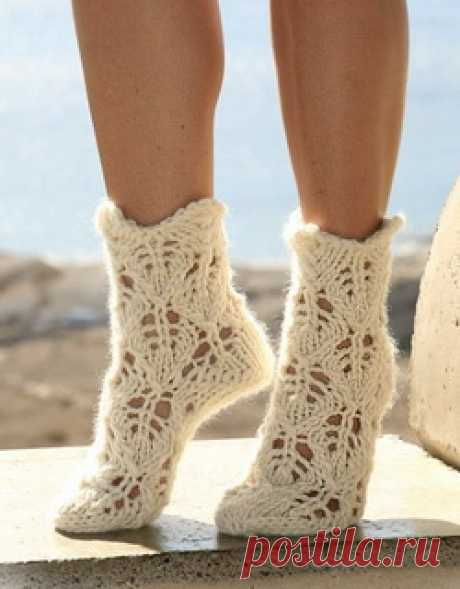 Ажурные носки спицами - Колибри Холодными зимними вечерами так хочется завернуться в теплый плед, надеть теплые вязанные носки, и по