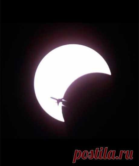 . Редкий Кадр На этой фотографии мы видим силуэт самолета напротив первого солнечного затмения в этом десятилетии.