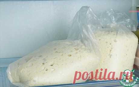 """Дрожжевое тесто """"Для ленивых""""   Описание: Я хоть и люблю """"возиться"""" с тестом, но этот рецепт - просто находка! Времени на приготовление нужно всего пять минут. Хранить в холодильнике можно двое-трое суток. Тесто быстро не перекисает. Можно замораживать. Готовлю я из этого теста вкуснейшие пирожки, беляши, булочки, лепешки, пироги с разными начинками, пиццу... Если вы """"боитесь"""" теста или у вас мало времени на его приготовление - попробуйте этот рецепт. Получается у всех!   ..."""