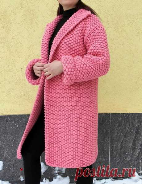 Вязаное пальто крупной жемчужной вязки 'Крупный жемчуг' Купить или заказать Вязаное пальто крупной жемчужной вязки 'Крупный жемчуг' в интернет-магазине на Ярмарке Мастеров. Вязаное пальто крупной жемчужной вязки 'Крупный жемчуг' связано из пряжи 49% шерсть и 51% акрил. Вязка плотная и очень объемная, выпуклая. Пальто для молодых и дерзких, очень нестандартное и креативное. длина 92 см в горизонтальном положении (100-105 см в вертикальном положении- от вашей фигуры).Ширина ...