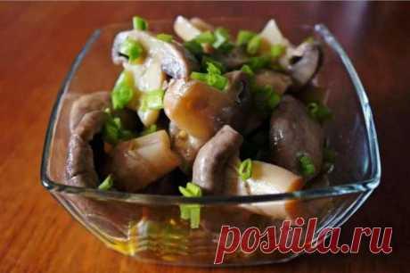 ГРИБЫ ЗАСТОЛЬНЫЕ - Приготовить грибы можно не обязательно в грибной сезон. Просто нужно купить например, вешенки, и совсем скоро на вашем столе появятся ни с чем не сравнимые по вкусу маринованные грибочки. Не хуже будут по вкусу и шампиньоны. Делается все очень просто, ингредиенты все самые обычные, получается самый настоящий деликатес.