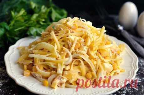 Салат Загадка для гостей Рецепт вкусного и оригинального салата. Блюдо имеет название Салат-загадка, поскольку при употреблении не совсем понятно из чего именно приготовлен салат. Основным компонентом являются яичные блинчики, за счет них салат получается очень нежным. Все ингредиенты нарезаются полосками, ананасы можно нарезать кубиками. Консервированные ананасы и маринованный лук делают блюдо сочным и пикантным. Такие разные по вкусу продукты просто великолепно сочетаются в одном салате.