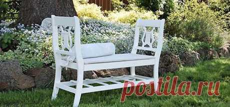 Два старых стула превратились в такую романтическую скамейку.