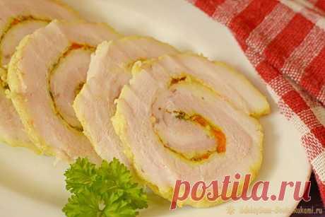Рулет из грудинки вареный Из свиной грудинки можно приготовить множество самых разнообразных вкусных блюд. Рулет из грудинки можно сделать на праздник вместо привычной колбасы. Это прекрасная холодная мясная нарезка, которую можно положить и на бутерброд. Готовить такой рулет довольно долго, но ничего сложного в