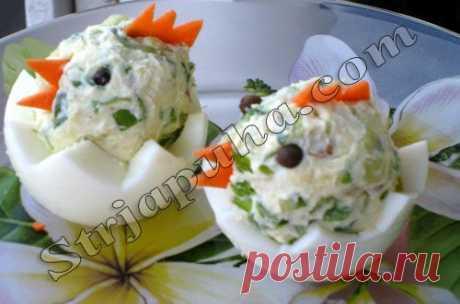 Яйца, фаршированные зеленым луком и огурцом «Цыплята»