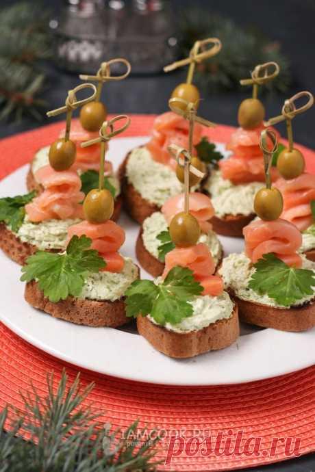 Канапе с красной рыбой, авокадо и творожным сыром — рецепт с фото на Русском, шаг за шагом. Потрясающе вкусные канапе для праздничного стола, которые готовятся быстро и несложно. #канапе #закуска #закуски #закусочка #рецепт #рецепты #бутерброды #бутербродики