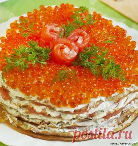 Блинный торт с красной рыбой, сливочным сыром и красной икрой