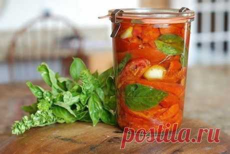 Вяленые помидоры с базиликом  Ингредиенты:  базилик свежий оливковое масло 1/4 стакана соль и перец по вкусу томаты 12-14 шт. хлопья красного перца чеснок 1 головка  Приготовление:  Томаты - очень удобный продукт. Они органично вписываются практически в любое несладкое блюдо - от салатов и холодных закусок до соусов и супов. А печеные или вяленые томаты с зеленью и пикантными специями - уже готовая начинка для пирога или топпинг для пиццы. Вот такая оригинальная закуска из...
