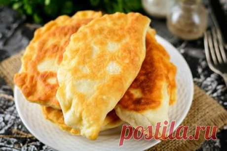 Домашние гагаузские пирожки с капустой на сковороде — пышные и воздушные Приготовьте вкусные домашние гагаузские пирожки с капустой на сковороде – тесто замешивается очень быстро и просто, рецепт пригодится любой хозяйке. В чем прелесть теста – оно готовится без яиц, понадобится лишь мука, вода, соль и дрожжи. В данном варианте можете использовать любую начинку для пирожков, например, капустную. Также подходит сыр, картофель или квашеная капуста.