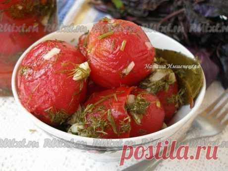 Быстрые маринованные помидоры  Быстрые маринованные помидоры, приготовленные по этому рецепту, получаются острыми, пикантными на вкус. Это отличная закуска и дополнение к мясным блюдам. Рецепт моей подруги Анны. Для приготовления быстрых маринованных помидоров понадобится: 1 кг помидоров; 1 небольшой пучок укропа; 1 головка чеснока; 1/3 стручка острого красного перца. Для маринада: 1/2 литра воды; 1/3 стакана сахара; 1/4 стакана соли; 1/4 стакана 9% уксуса; пере...