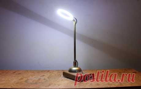 Светильник на рабочий стол Мастер-самодельщик увлекается электроникой и для освещения рабочей зоны стола ему нужно хорошее освещение. У него было светодиодное кольцо, которое устанавливают на фару авто, и используя его мастер и будет делать светильник. Инструменты и материалы:-Светодиодное кольцо;-Медная труба с наружным