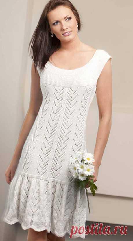 Белое платье из хлопка спицами