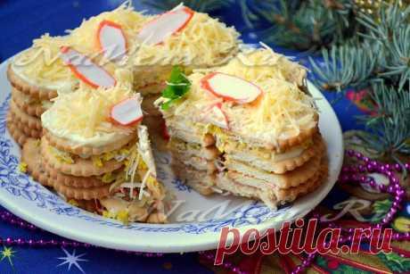 Закусочный торт из крекеров, рецепт с фото Крабовые палочки, консервированный тунец и твердый сыр - это очень вкусно. А если это ингредиенты закусочного торта из крекеров - то это вкусно вдвойне. Попробуйте приготовить, вам тоже очень понравится, мы уверены!