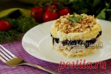 "Салат ""Сказка"" с курицей, шампиньонами и грецкими орехами: рецепт с фото"