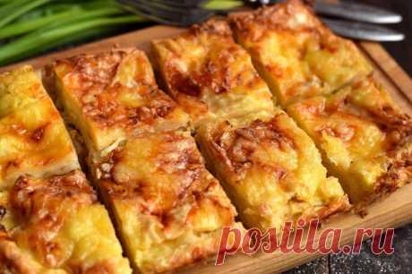 Пирог с сыром из лаваша Из тонкого лаваша можно приготовить большое количество разных блюд — закуски и даже основные блюда. Предлагаем рецепт слоеного пирога с сырной начинкой. Слои формируются из тонкого лаваша, смазанного сметаной. Чем больше слоев, тем вкусней и красивей получится пирог. Для пропитки используем яично-молочную смесь. Пирог готовится очень быстро, относится к блюдам на скорую руку. В дальнейшем лаваш можно прослаивать не только сыром, добавлять свежую зелень, грибы или овощи.