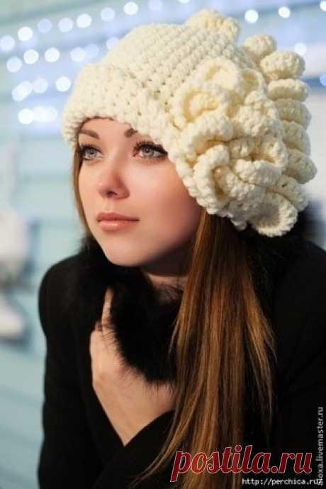 ШАПОЧКА *ПАРИЖАНКА*  Шляпка крючком *Парижанка* – это очень элегантный и женственный головной убор. Предложенная модель мастера Алы Design aloxa выполнена довольно простой вязкой с помощью крючка и украшена декоративными завитками. Схема вязания шапочки не сложная и вполне доступна каждому.Но . уверена,что именно в такой шапочке вы будете неотразимы. Размер 56.   Для вязания шляпы Вам потребуется: • по 100 г белой и меланжевой пряжи (100 %, 220 мх 100 г); • крючки № 7 и № ...