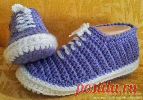 THE SLIPPERS GYM SHOES CONNECTED BY THE HOOK \u000d\u000a\u000d\u000a They match very easily. \u000d\u000a\u000d\u000aSole knit so: gather a chain of 10 eyelets, further do a column without nakid in the 2nd loop from a hook and 8 petet the others on stbn. Total you have 9 eyelets, that is stbn. It was 1 row. \u000d\u000a\u000d\u000a2,3, 4, 5,6 row is done an air loop further in each column or (eyelet) we knit on 1 stbn, \u000d\u000a\u000d\u000a7 row we do addition: we knit on one stbn in the following 4 eyelets, in the 5th eyelet we knit 2 stbn, further on 1 stbn in the others 4...