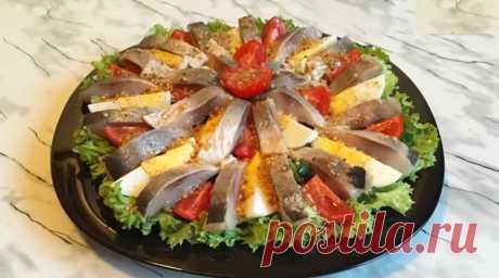 Салат из селедки с горчичной заправкой: украсит ваш стол Красивый, вкусный салат из селедки с горчичной заправкой без майонеза украсит ваш стол. Специи добавляйте по своему вкусу! Кто-то любит поострее, а кто-то – наоборот! Новогодняя селедочка – это красивая и вкусная закуска, которая на «ура» уйдет со стола: особенно, с запеченным картофелем!