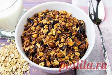 Как приготовить Гранолу - Рецепт от Евгения Клопотенко Мучился я до тех пор, пока в моей жизни не появилась гранола – запеченная овсянка. Она хрустящая, карамелизованная, в меру сладкая, а ещё очень вкусная.