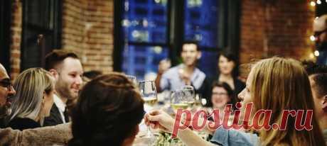 У вашего друга есть свои причины не употреблять алкоголь. Например, он соблюдает диету, пьет антибиотики или лечится от зависимости. Конечно, это не повод прекратить общение. Но не стоит сбивать его с пути и спорить по этому поводу. Просто не произносите эти фразы при встрече с ним. #самоанализ #дружба #алкоголь #психологияобщения