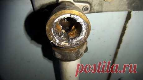 Как выкрутить сломанный эксцентрик на смесителе Эксцентрики на смесителях, особенно установленные на трубе горячего водоснабжения, могут лопнуть от перепада температуры или давления. В результате из них бьет фонтаном струйка, поэтому проблема требует срочного решения. Все затруднение в том, что треснутый эксцентрик часто обламывается, поэтому