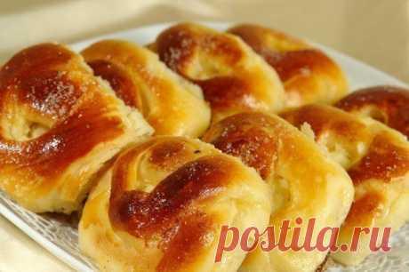 Пирожки, как у бабушки: 5 простых рецептов  1. Печеные пирожки с творогом  для теста: кефир – 250 мл, яйцо – 1 шт., сахар – 1 ст.л., разрыхлитель – 1 ч.л., растительное масло – 3 ст.л., мука – 400 г, соль  для начинки: твердый сыр – 100 г, моцарелла – 100 г, творог – 200 г, яйцо – 1 шт., соль, перец, сушеный базилик.  Приготовление:  Яйцо взбейте вилкой или венчиком с солью и сахаром, добавьте кефир и растительное масло. В полученную массу добавьте муку, смеш...