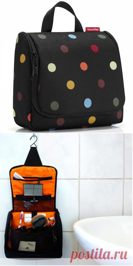 Сумка-органайзер Toiletbag dots - 1525 рублей. Отличная сумка для путешественников, которая позволяет взять с собой всё необходимое и даже больше. Специальный крючок позволяет подвесить её в ванной и облегчить доступ к косметике и аксессуарам.